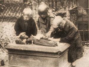Děti u hrobu Aničky Degenové - dobový tisk