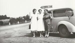 Julie Vašinová (vpravo) s dětskou lékařkou a sestřičkou na cestě do dětské poradny ve Starém Hrozenkově. Foto archiv Petra Vašiny