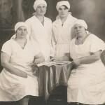 Absolventky kurzu porodních asistentek v Košicích 1932. Dvacetiletá Sojka stojící vpravo