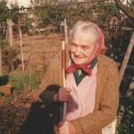 Julie Vašinová doma na zahrádce. Zemřela v roce 2004 ve věku 92 let
