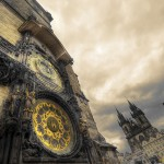 Staroměstský orloj, Týnský chrám v pozadí