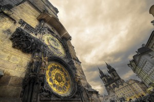 Staroměstský orloj, Týn v pozadí foto: cs.wikipedia.org